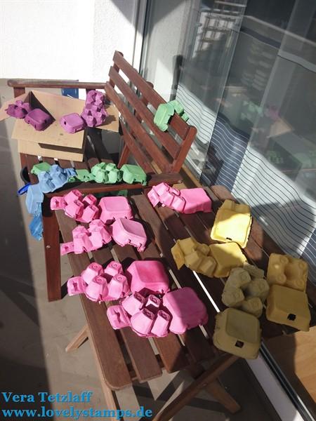 bunt gefärbte Eierkarton auf dem Balkonin der Sonne zum trocknen