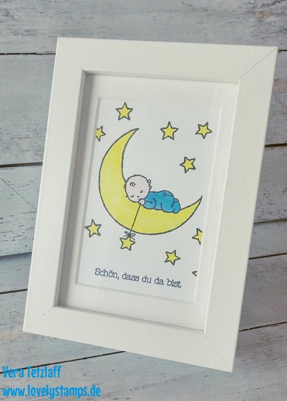 Bilderrahmen mit einem schlafenden Baby auf einem Mond